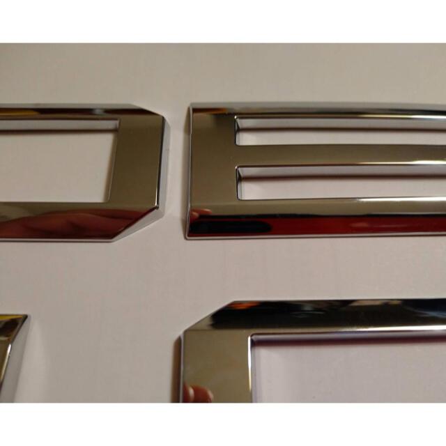 三菱(ミツビシ)の三菱 デリカd5  新型 リア エンブレム DELICA 自動車/バイクの自動車(車外アクセサリ)の商品写真