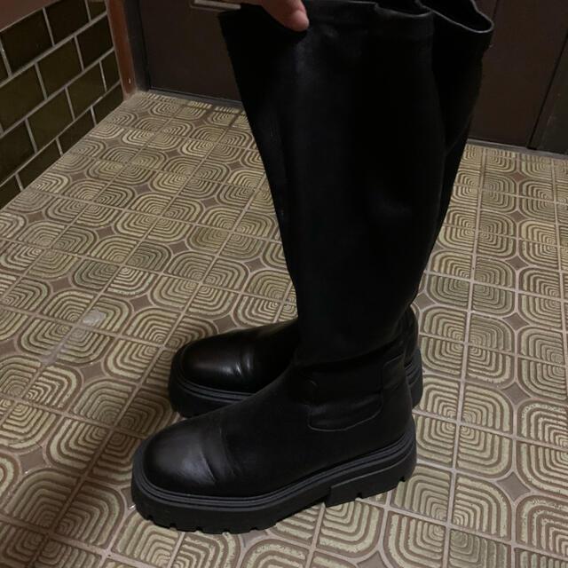 ZARA(ザラ)のZARA トラックソールリアルレザーニーハイブーツ ロングブーツ ブラック  レディースの靴/シューズ(ブーツ)の商品写真