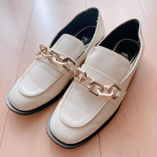 ザラ(ZARA)のZARA チェーンディテールフラットローファー(ローファー/革靴)