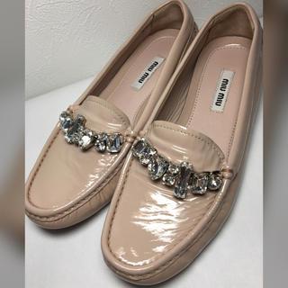 ミュウミュウ(miumiu)の美品 miumiu 美 ビジュー 靴(ローファー/革靴