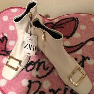 ZARA - 新品未使用 ZALAメタルバックル春ホワイトブーツ