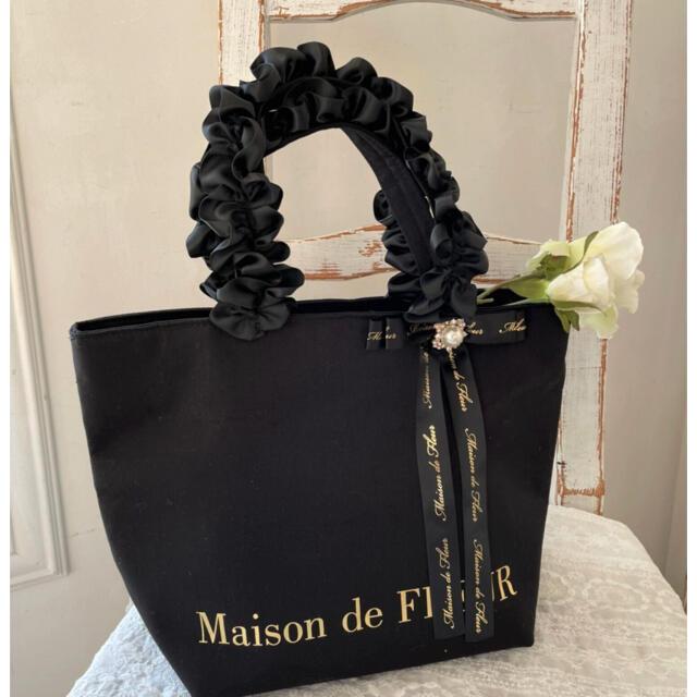 Maison de FLEUR(メゾンドフルール)の*ひめあ*様専用新品完売品パールビジューフリルハンドルトートバッグ レディースのバッグ(トートバッグ)の商品写真