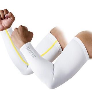 スキンズ(SKINS)の スキンズ XXS アームカバー(腕カバー・スリーブカバー・スポーツスリーブ)白(ウェア)