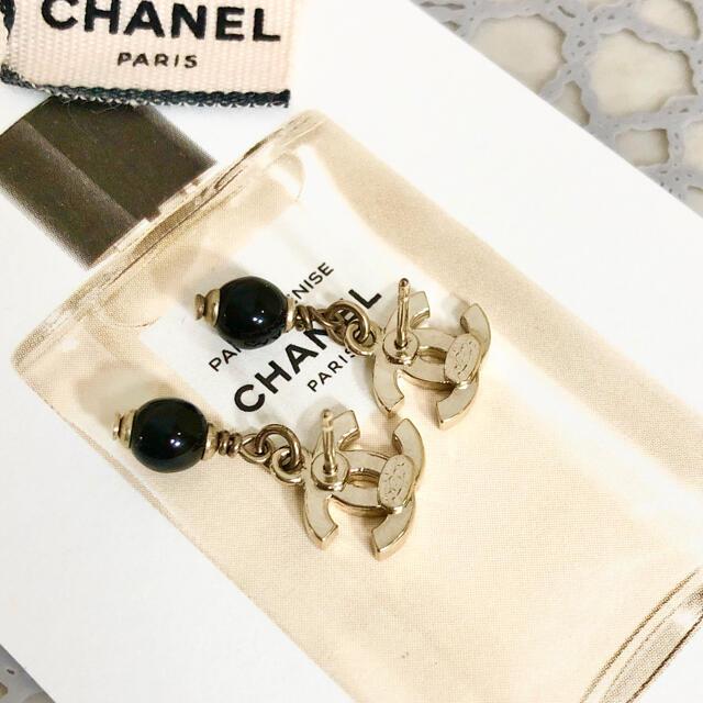 CHANEL(シャネル)の正規品 シャネル ピアス ココマーク ブラック ボール スイング ゴールド ロゴ レディースのアクセサリー(ピアス)の商品写真