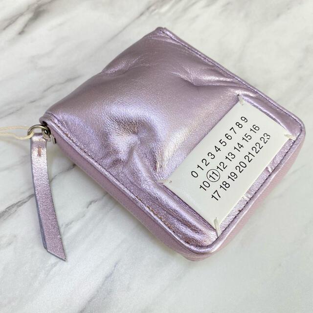 Maison Martin Margiela(マルタンマルジェラ)の残り1【新品】メゾン マルジェラ グラムスラム 二つ折り財布 ジップ ライラック レディースのファッション小物(財布)の商品写真