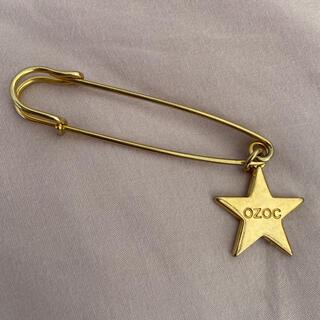 オゾック(OZOC)の☆OZOC☆星のチャーム付きのピン☆(ブローチ/コサージュ)