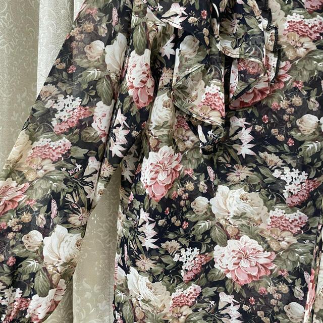 GOGOSING(ゴゴシング)のブラウス 韓国 黒 花柄 レディースのトップス(シャツ/ブラウス(長袖/七分))の商品写真