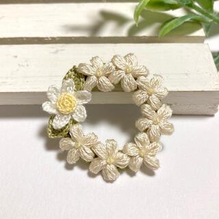 ホワイトとアイボリーのお花のリースブローチ(コサージュ/ブローチ)
