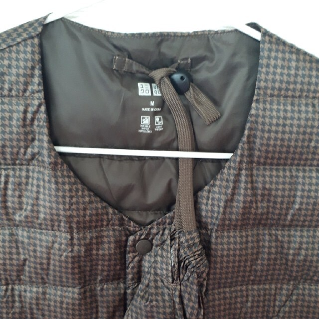 UNIQLO(ユニクロ)の美品 UNIQLO ウルトラライトダウンベスト メンズM ブラウン 千鳥格子柄 メンズのジャケット/アウター(ダウンベスト)の商品写真