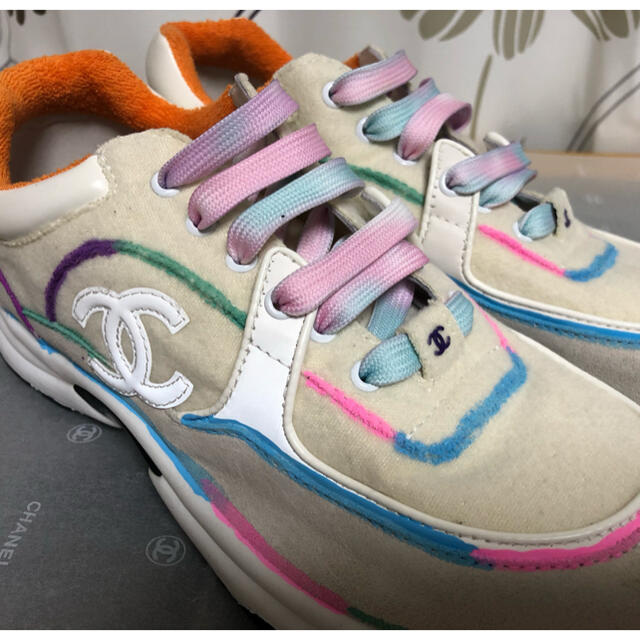 CHANEL(シャネル)の試着のみ CHANEL シャネル 新作 スニーカー  サイズ38 マルチカラー レディースの靴/シューズ(スニーカー)の商品写真