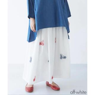 メルロー(merlot)の【Fillil フィリル 】花摘み自転車刺繍ギャザースカート オフホワイト(ロングスカート)