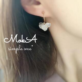 ♡再販♡白いお花の華奢フープイヤリング✨