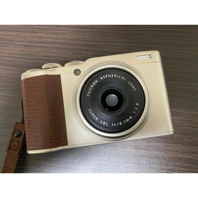 富士フイルム(フジフイルム)の美品 XF10 シャンパンゴールド FUZIFILM スマホ/家電/カメラのカメラ(コンパクトデジタルカメラ)の商品写真