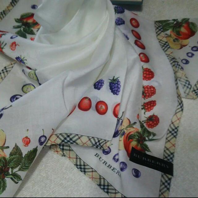 BURBERRY(バーバリー)の値下げしました!! バーバリー ハンカチ 大判 果物 レディースのファッション小物(ハンカチ)の商品写真