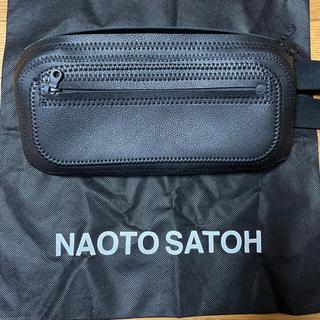 【NAOTO SATOH】スクエアボディバッグ・ブラック
