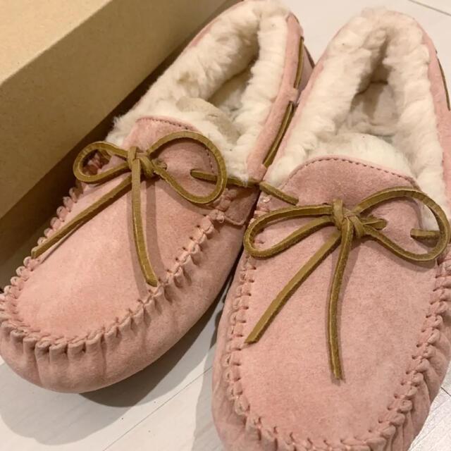 UGG(アグ)の新品未使用 美品正規品UGG モカシン ダコタ6.37.23サイズ レディースの靴/シューズ(スリッポン/モカシン)の商品写真