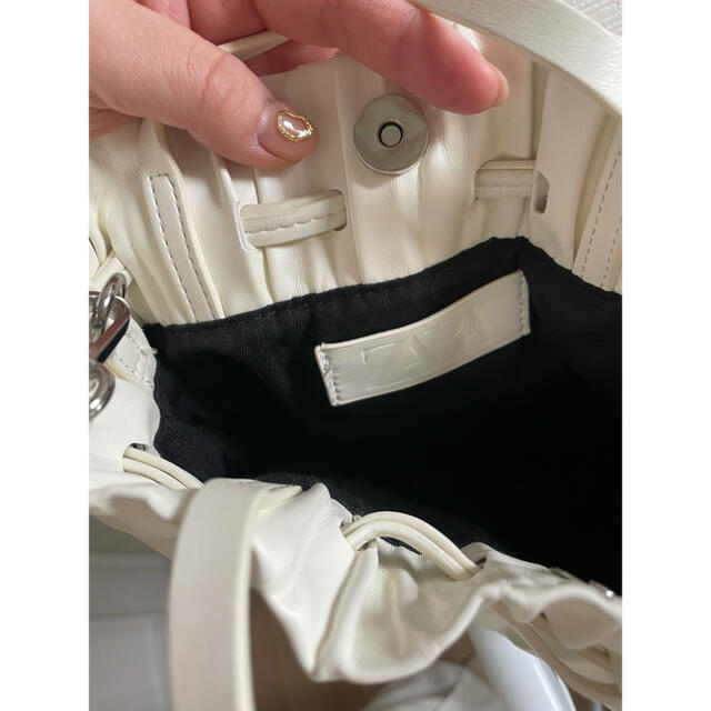ZARA(ザラ)のZARA  バッグ 白 巾着バッグ プリーツバッグ レディースのバッグ(ショルダーバッグ)の商品写真