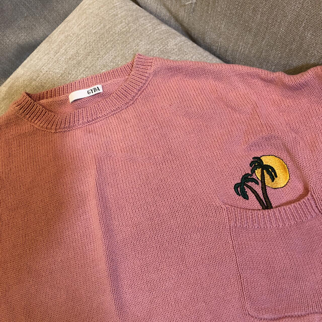 GYDA(ジェイダ)のジェイダ  ピンク ニット 胸元ポケット 椰子の木刺繍 レディースのトップス(ニット/セーター)の商品写真