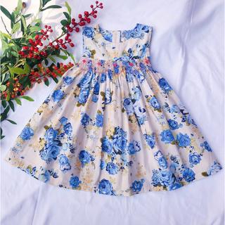 新作 オフホワイトベース ブルー バラ 花柄 手刺繍 スモッキング ワンピース(ワンピース)