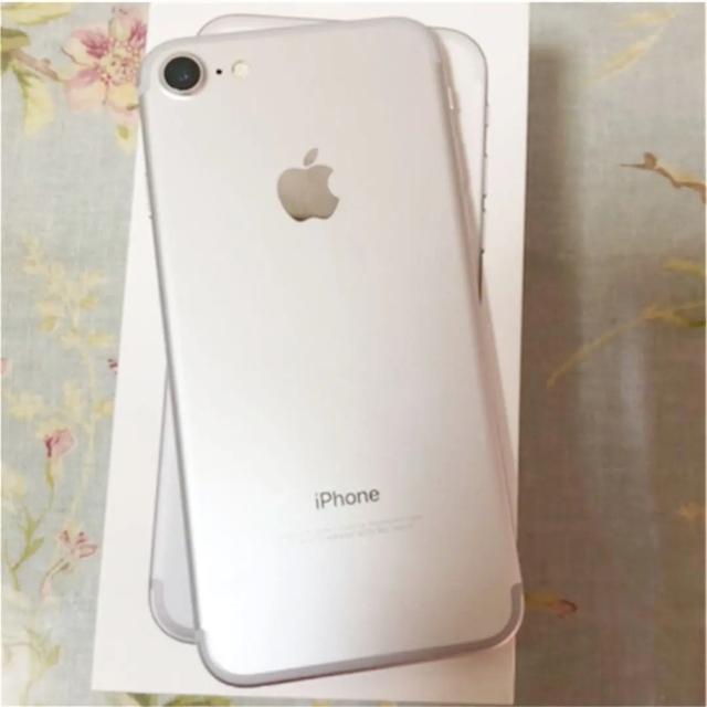 iPhone(アイフォーン)のiPhone 7 シルバー 128 GB SIMフリー 美品 スマホ/家電/カメラのスマートフォン/携帯電話(スマートフォン本体)の商品写真