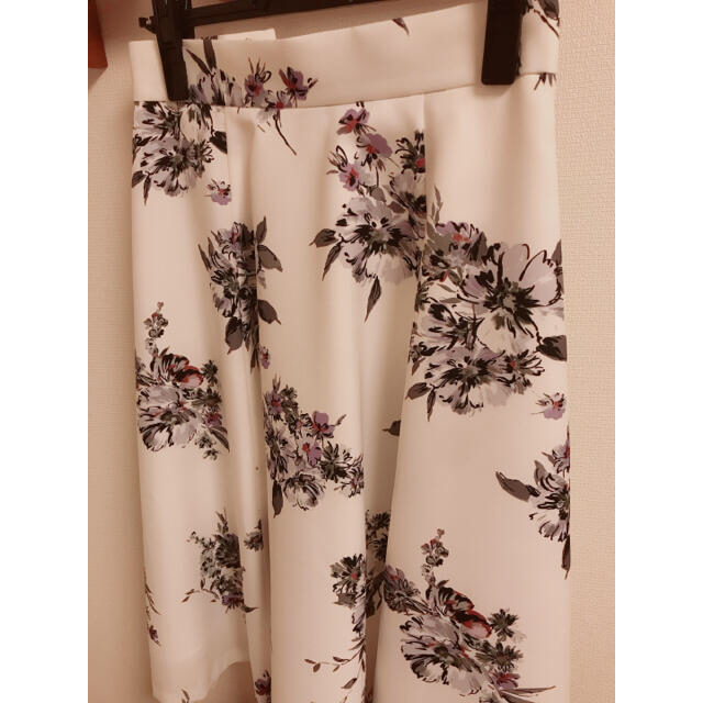 Apuweiser-riche(アプワイザーリッシェ)の水彩 花柄スカート レディースのスカート(ひざ丈スカート)の商品写真