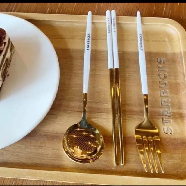 Starbucks Coffee(スターバックスコーヒー)のスターバックス 黒 白 2セット スプーン 箸 フォーク 4点セット ケース付 インテリア/住まい/日用品のキッチン/食器(カトラリー/箸)の商品写真