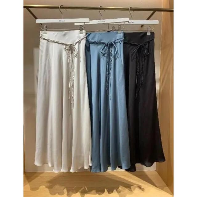 Mila Owen(ミラオーウェン)のミラオーウェン サテンロングスカート テールサテンスカート  サテン ブルー レディースのスカート(ロングスカート)の商品写真
