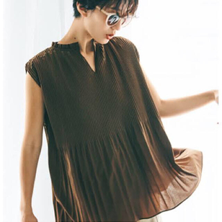 Mila Owen - 《新品タグ付き》ミラオーウェン カフタンプリーツノースリトップス