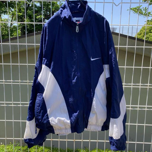 NIKE(ナイキ)のNIKE 刺繍ロゴ ナイロンジャケット 青×白 vintage 菅田将暉 レディースのジャケット/アウター(ナイロンジャケット)の商品写真