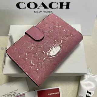 コーチ(COACH)のコーチ COACH凹凸の淡いピンクのシグネチャー パテント レザーが光沢の折財布(その他)