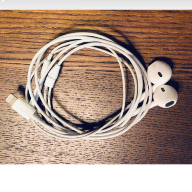 Apple(アップル)のアップル純正 イヤホン iPhone X 付属品 ライニングタイプ 同動作確認済 スマホ/家電/カメラのオーディオ機器(ヘッドフォン/イヤフォン)の商品写真