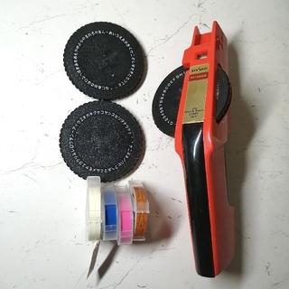 トンボエンピツ(トンボ鉛筆)のダイモ M-1585本体 & 替、テープ4本付き(オフィス用品一般)