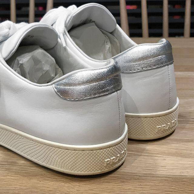 PRADA(プラダ)の良品 プラダ スニーカー レディース 白 銀 テニス 38 25cm レディースの靴/シューズ(スニーカー)の商品写真