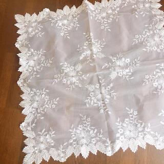 チュール 刺繍 テーブルクロス 花柄①(テーブル用品)