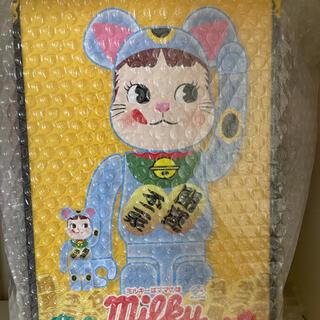 メディコムトイ(MEDICOM TOY)のBE@RBRICK 招き猫 ペコちゃん 青蓄光 100% & 400%(キャラクターグッズ)