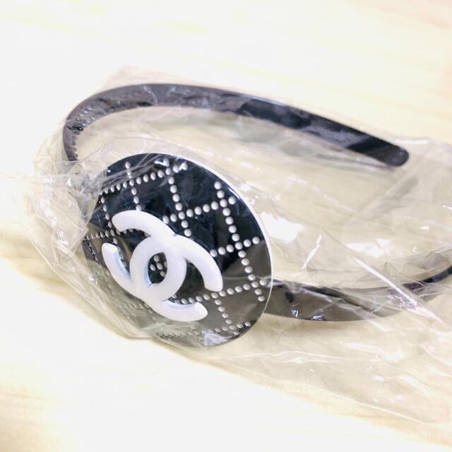 CHANEL(シャネル)の【専用】CHANEL 新品未使用 カチューシャ ノベルティー レディースのヘアアクセサリー(カチューシャ)の商品写真