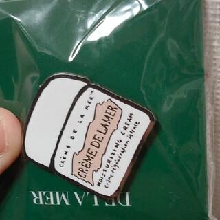 ドゥラメール(DE LA MER)のドゥ・ラ・メール ピンバッジ(乳液/ミルク)