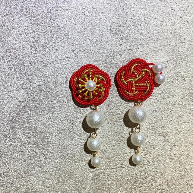 水引*赤梅×3連パールピアス ハンドメイドのアクセサリー(ピアス)の商品写真