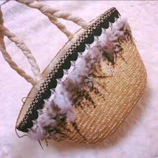 ディーホリック(dholic)のフェザー刺繍 麦わらカゴバッグ ベージュマザーズバッグ エコバッグ 送料無料(かごバッグ/ストローバッグ)