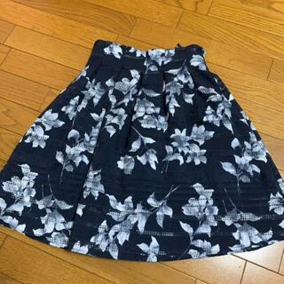 アラマンダ(allamanda)の花柄スカート(ひざ丈スカート)