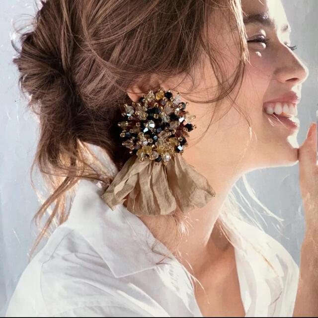 つぶつぶカラフルビーズ✖️アッシュベージュ 結婚式 ピアス イヤリング ハンドメイドのアクセサリー(ピアス)の商品写真