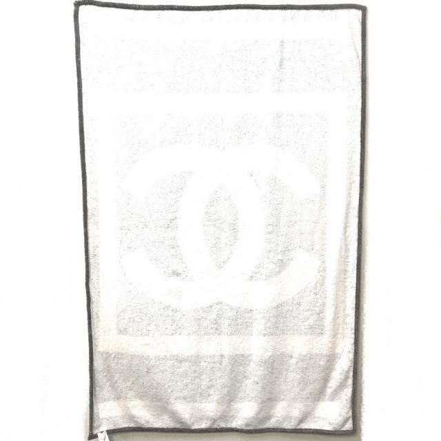 CHANEL(シャネル)のシャネル スポーツライン CC ココマーク ビーチタオル マット グレーホワイト インテリア/住まい/日用品の日用品/生活雑貨/旅行(タオル/バス用品)の商品写真