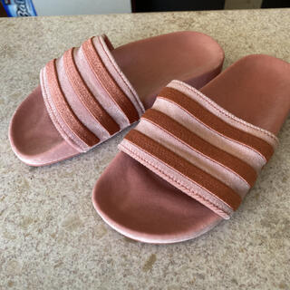 アディダス(adidas)のアディダス ベロアサンダル23.5(サンダル)
