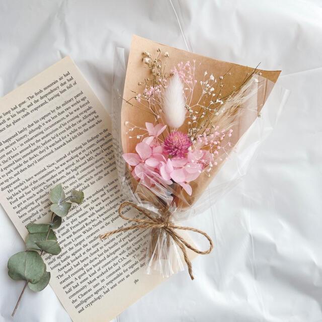 ピンク ラッピング ミニブーケ ♡ ドライフラワー ブーケ 母の日 かすみ草 ハンドメイドのフラワー/ガーデン(ドライフラワー)の商品写真