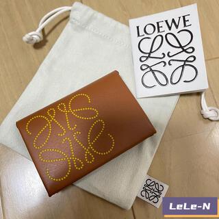 ロエベ(LOEWE)のLOEWE<新品>ブランド バイフォールドカードケース TAN(名刺入れ/定期入れ)