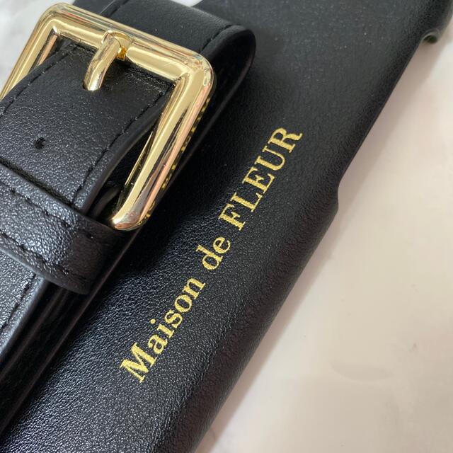 Maison de FLEUR(メゾンドフルール)のMaison de FLEUR ビジューバックルベルトiPhone11ケース スマホ/家電/カメラのスマホアクセサリー(iPhoneケース)の商品写真
