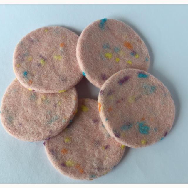 羊毛フェルトのコースター「ピンク」 ハンドメイドの素材/材料(その他)の商品写真