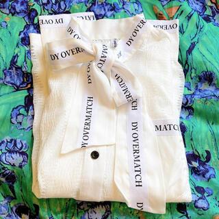 ティティアンドコー(titty&co)の🎗 ボウタイ リボン ブラウス 白 ロゴ ホワイト シャツ シースルー 刺繍(シャツ/ブラウス(長袖/七分))