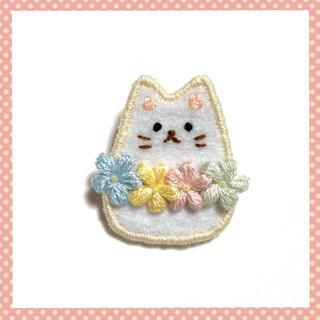 白ネコちゃんのブローチ(コサージュ/ブローチ)
