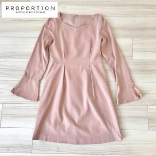プロポーションボディドレッシング(PROPORTION BODY DRESSING)の綺麗めワンピース ピンクベージュ デコルテ(ひざ丈ワンピース)